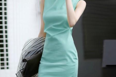 漂亮的浅色连衣裙